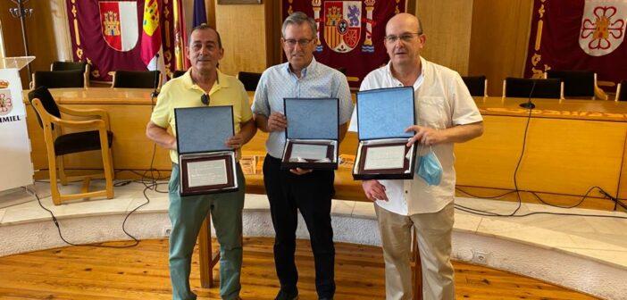 EL AYUNTAMIENTO RECONOCE LA TRAYECTORIA DECANA A TRES TRABAJADORES PÚBLICOS JUBILADOS